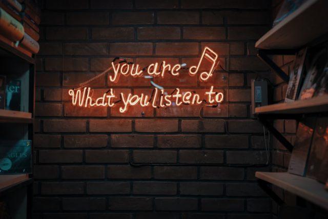 5 podcasts qui colorent ma pratique de praticienne en hypnose